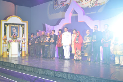 RECEIVING AWARD IN THAILAND